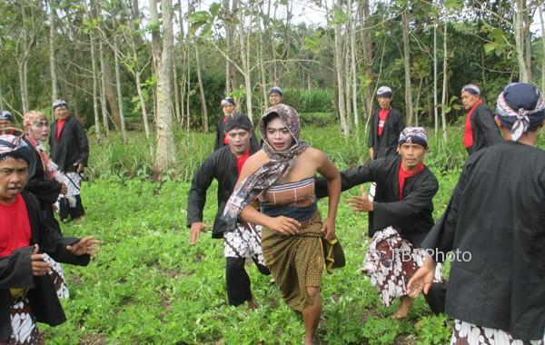 Sejumlah penari cing-cing goling berlarian menginjak-injak tanaman kacang tanah milik warga di Dusun Gedangan, Desa Gedangrejo, Kecamatan Karangmojo. Kamis (3/8/2017). (JIBI/Irwan A. Syambudi)