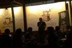 Seorang komika bermonolog di hadapan pengunjung Kafe Ce Kopi di Mendungan, Pabelan, Kartasura, Sukoharjo, Jumat (4/8/2017) malam. (Yogi Mukti Andayani/JIBI/Solopos)