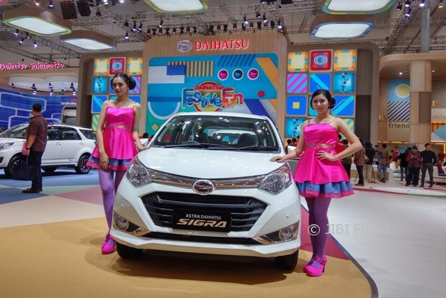 Tenaga promosi memamerkan Daihatsu Sigra Special Edition 110 tahun Daihatsu di Gaikindo Indonesia International Auto Show (GIIAS) 2017 di Indonesia Convention Exhibition (ICE) BSD City Tangerang, Kamis (10/8/2017). (Alvari Kunto Prabowo/JIBI/Solopos)