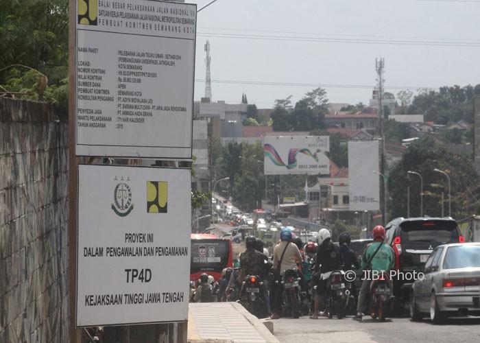 Kendaraan dari arah Banyumanik terlibat kemacetan di turunan Gombel karena adanya proyek pembangunan underpass dan flyover Jatingaleh di Semarang, Jumat (28/7/2017). (Imam Yuda S./JIBI/Semarangpos.com)