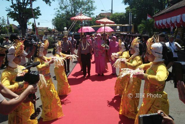 Kapolda Jawa Timur, Irjen Pol Machfud Arifin, disambut dengan tarian saat tiba di Mapolres Madiun Kota, Rabu (2/8/2017). (AbdulJalil/JIBI/Madiunpos.com)