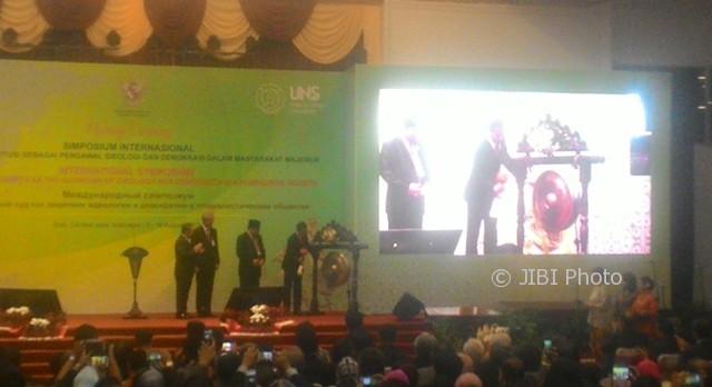 Presiden Joko Widodo (kanan) memukul gong tanda dibukanya Simposium Internasional Asosiasi Mahkamah Konstitusi (MK) dan Institusi Sejenis se-Asia atau AACC, di Auditorium Universitas Sebelas Maret (UNS) Solo, Rabu (9/8/2017). (Septhia Ryanthie/JIBI/Solopos)