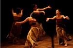Penari Menampilkan Tari Ianfu pada acara Ianfu Potret Kelam Perempuan Jawa di Teater Arena, kompleks Taman Budaya Jawa Tengah (TBJT), Solo, Senin (14/8/2017) malam. (Nicolous Irawan/JIBI/Solopos)
