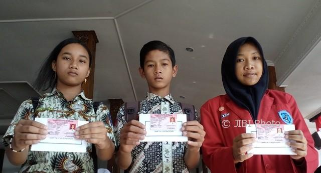 3 Pelajar menunjukkan Kartu Identitas Anak (KAI) di acara peringatan Hari Keluarga Nasional ke-24 dan Hari Anak Nasional di Pendapa Rumah Dinas Bupati Wonogiri, Rabu (9/8/2017). (Ahmad Wakid/JIBI/Solopos)