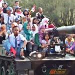 FOTO HUT RI : Warga Leluasa Naik Tank di Semarang