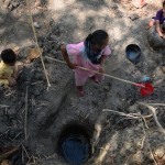 Air yang sejatinya tidak layak konsumsi diperoleh dari lubang yang digali di dasar sungai Dukuh Lekong, Ketro, Karangrayung, Grobogan, Jateng yang telah mengering, Rabu (16/8/2017). (JIBI/Solopos/Antara/Yusuf Nugroho)