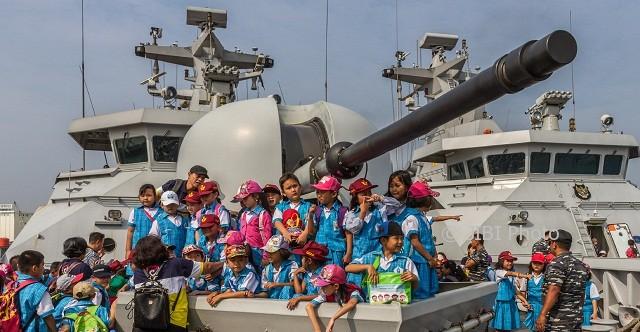 Pelajar berpose di KRI Diponegoro yang bersandar di Pelabuhan Tanjung Emas, Kota Semarang, Jateng, Rabu (9/8/2017). (JIBI/Solopos/Antara/Aji Styawan)