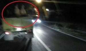 Dua penumpang truk yang melintas di kawasan Kelurahan Kutowinangun, Kecamatan Tingkir, Kota Salatiga, Jateng menggunakan sesuatu berwarna putih untuk menutupi tubuh mereka. (Facebook.com-Afif)