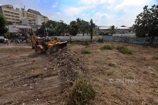 Pekerja menggunakan Backhoe Loader untuk mengeruk tanah pada penataan lahan bekas SPBU Ledoksari, Jebres, Solo, Rabu (19/7/2017). (M. Ferri Setiawan/JIBI/Solopos)