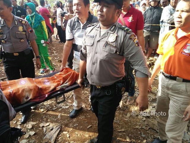 Polisi mengevakuasi jenazah pria yang ditemukan di pinggiran alas karet di Dukuh Gondang, Desa/Kecamatan Kedawung, Sragen, Jumat (4/8/2017). (Tri Rahayu/JIBI/Solopos)