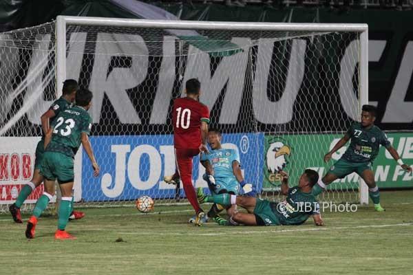 Pemain TimNas U-19, Egy Maulan berhasil memasukkan bola ke gawang PSS Sleman yang di jaga oleh Syahrul Trisna pada llaga coba di Stadion maguwoharjo, Depok, Sleman, Sabtu (12/8) malam. (HArian JOgja/Gigih M. Hanafi)