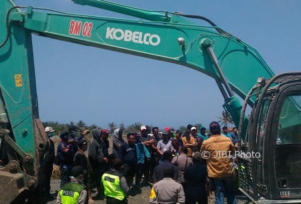 Puluhan warga berusaha menghentikan kegiatan land clearing terhadap Pakualaman Ground (PAG) yang selama ini dimanfaatkan sebagai lokasi tambak udang di wilayah Dusun Kretek, Desa Glagah, Kecamatan Temon, Kulonprogo, Senin (28/8/2017). (Rima Sekarani I.N/JIBI/Harian Jogja)
