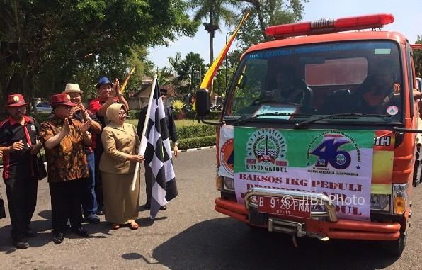 Bupati Gunungkidul, Bandingah mengibarkan bendera start saat sejumlah mobil tangki pengangkut air hendak mendistribusikan air ke sejumlah warga yang terdapak kekeringan, Senin (7/8/2017). (Foto Istimewa)
