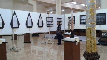 Pengunjung melihat-lihat pameran tugas akhir wisudawan Fakultas Seni Rupa dan Desain Institut Seni Indonesia (ISI) Solo di Galeri Seni Rupa Kampus II, Kamis (10/8/2017). Pameran dengan tema Berbasis dari Potensi Budaya Lokal dan Industri Kreatif ini melibatkan sedikitnya 45 seniman muda. (Ika Yuniati/JIBI/Solopos)