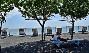 Sejumlah warga berwisata di Pantai Ngebum, Mororejo, Kaliwungu, Kabupaten Kendal, Jateng, Selasa (1/8/2017). (JIBI/Solopos/Antara/Aditya Pradana Putra)