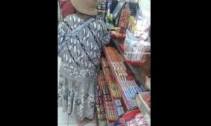Seorang pengemis menukarkan uang recehan di minimarket Desa Kebonharjo, Kecamatan Patebon, Kabupaten Kendal, Jateng. (Facebook.com-Heri Setiawan)
