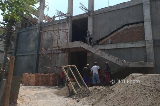 Pekerja melanjutkan pembangunan gedung rawat inap tiga lantai RSUD dr. Soediran Mangun Sumarso Wonogiri, Rabu (30/8/2017). (Rudi Hartono/JIBI/Solopos)