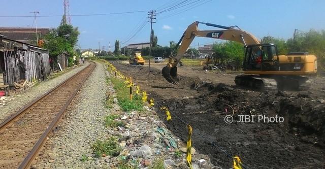 Alat berat beroperasi menyediakan lahan untuk prmbangunan jalur ganda (double track) kereta api (KA) di Kampung Margorejo RT 002/RW 010 Kelurahan Gilingan, Banjarsari, Solo, Kamis (10/8/2017). (Irawan Sapto Adhi/JIBI/Solopos)