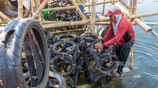 Pekerja membuat rumpon atau sarang ikan buatan dari bambu, ban dan tong bekas di kawasan Pelabuhan Tanjung Emas, Semarang, Jateng, Jumat (11/8/2017). (JIBI/Solopos/Antara/Aji Styawan)