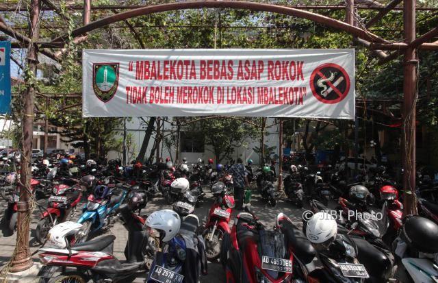 Spanduk larangan merokok terpasang di lokasi parkir motor di kompleks Balai Kota Solo, Selasa (18/7/2017). (M. Ferri Setiawan/JIBI/Solopos)