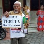 KISAH UNIK : Jadi Peserta Tertua di Karnaval, Pria di Kendal Dapat Trofi dan Uang