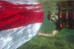HUT KEMERDEKAAN RI : Serunya Kibarkan Bendera di Dalam Laut