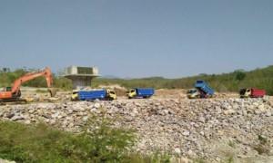 Sejumlah truk beroperasi di lokasi pembangunan Waduk Gonseng di Kecamatan Temayang, Bojonegoro. (JIBI/Solopos/Antara/Slamet Agus Sudarmojo)