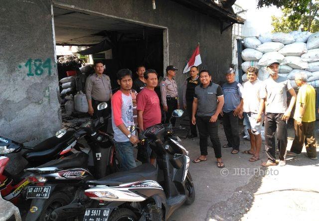Warga RT 013/RW 008 Kadipiro, Banjarsari, Solo, mendatangi sebuah pabrik pengolahan ban bekas di Jl. Kol. Sugiyono Solo karena dianggap mengganggu lingkungan, Sabtu (5/8/2017). (Ivan Andimuhtarom/JIBI/Solopos)