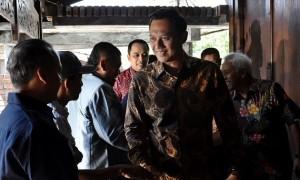 Direktur Eksekutif The Yudhoyono Institute Agus Harimurti Yudhoyono (kedua dari kanan) menjabat tangan warga peserta Dialog Rakyat Lintas Generasi di Ambarawa, Kabupaten Semarang, Jateng, Selasa (22/8/2017). (JIBI/Solopos/Antara/Aditya Pradana Putra)