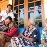 Paidi memeluk ibunya, Tukinah, di teras rumah adiknya, Yatin, Lingkungan Bakalan RT 002/RW 007 Kelurahan Bakalan, Kecamatan Eromoko, Wonogiri, Kamis (7/9/2017). (Ahmad Wakid/JIBI/Solopos)