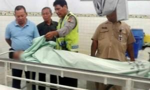 Kapolsek Sragen Kota AKP Suseno (kiri) melihat kondisi jenazah Bambang Hariyanto yang meninggal dunia mendadak di kamar mayat RSUD dr. Soehadi Prijonegoro Sragen, Rabu (6/9/2017) malam. (Istimewa/ AKP Suseno/Polsek Sragen Kota)