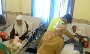Jemaah haji kloter 10 Pemalang mendapatkan perawatan dari Tim Kesehatan Haji Indonesia (TKHI) di klinik Asrama Haji Donohudan, Boyolali, Minggu (10/9/2017). (Muhammad Ismail/JIBI/Solopos)