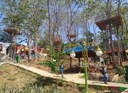 Anak-anak melintas di dekat rumah pohon di Kampung Galau Objek Wisata Waduk Gajah Mungkur (WGM) Wonogiri, Minggu (10/9/2017). (Rudi Hartono/JIBI/Solopos)