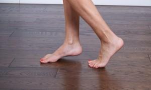 Foto ilustrasi: Berjalan kaki tanpa alas kaki bermanfaat untuk otak dan daya ingat. (kroegerhealer.com)