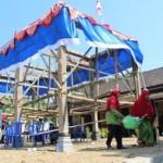 200 Warga Wiro Klaten Gotong Kerangka Pendapa Desa Sejauh 1,5 Km