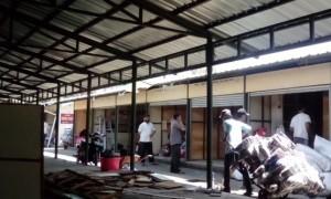 Sejumlah pedagang Pasar Klewer timur menata kios daruratnya di Alut Keraton Solo, Selasa (19/9/2017). (Bayu Jatmiko Adi/JIBI/Solopos)