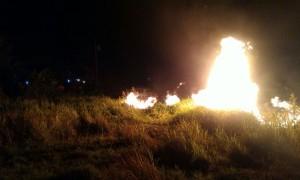 Kobaran api membakar alang-alang di lahan kosong dekat perumahan warga Gedongan, Colomadu, Karanganyar, Kamis (21/9/2017). (M. Feri Setiawan/JIBI/Solopos)