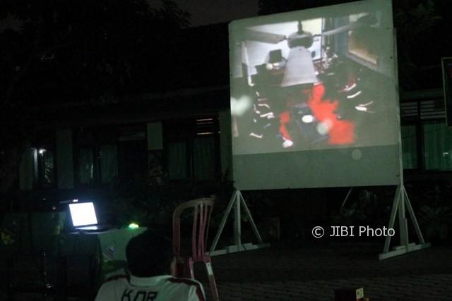 Komandan Kodim 0725/Sragen Letkol (Arh) Camas Sigit Prasetyo duduk paling depan saat nobar film G 30/S PKI di Makodim Sragen, Rabu (20/9/2017) malam. (Tri Rahayu/JIBI/Solopos)