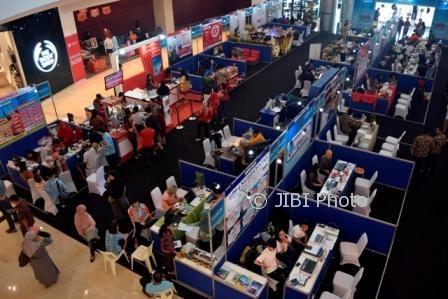 Pengunjung memadati area booth Garuda Indonesia Travel Fair (GATF) 2017 di atrium The Park Mall, Solo Baru, Sukoharjo, Jumat (22/9/2017). (Andre Nugroho/JIBI/Solopos)