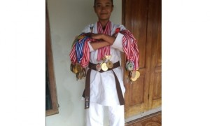 Laila Nurul Humairoh, 14, menunjukkan piala dan medalinya di rumahnya di Krapyak RT 003/RW 007, Kelurahan Sidoharjo, Wonogiri, Minggu (24/9/2017). (Rudi Hartono/JIBI/Solopos)