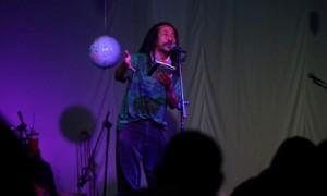 Satrawan, Amien Kamil, membaca puisi pada Poetry Performance di Rumah Banjarsari Solo, Minggu (24/9/2017) malam. (Nicolous Irawan/JIBI/Solopos)