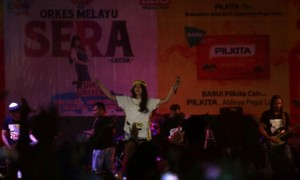 Penampilan penyanyi dangdut, Via Vallen, menghibur penggemarnya di Taman Hiburan Remaja (THR) Sriwedari, Solo, Rabu (27/9/2017) malam. (Nicolous Irawan/JIBI/Solopos)
