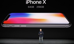 Phil Schiller memperkenalkan Iphone X. (JIBI/Reuters/Stephen Lam)