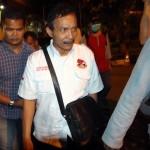 Bupati Batubara OK Arya Zulkarnaen (tengah) dikawal petugas ketika terjaring OTT KPK, sebelum diberangkatkan ke Jakarta di Mapolda Sumut, Medan, Sumatera Utara, Rabu (13/9/2017) malam. (JIBI/Solopos/Antara/Septianda Perdana)