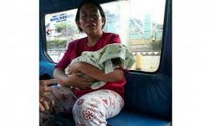 Delpasari menggendong jenazah putrinya di angkutan umum (Instagram seputar_lampung)