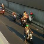 KISAH INSPIRATIF : Driver Ojek Online di Solo Tertangkap Kamera Bantu Bapak-Bapak di Underpass