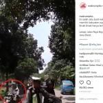 Emak-emak tanpa helm lolos dari razia kepolisian (Facebook)