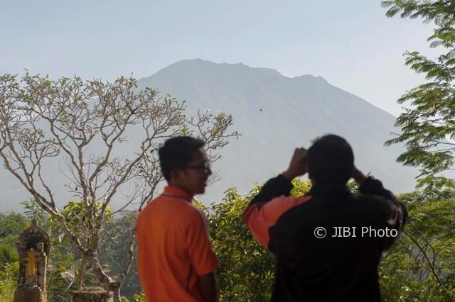 Petugas dan warga memantau aktifitas Gunung Agung di Pos Pemantauan Desa Rendang, Karangasem, Bali, Jumat (15/9/2017).  (JIBI/Solopos/Antara/Nyoman Budhiana)