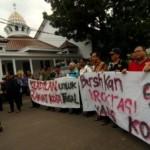 Massa Komite Penyelamatan Kota Tegal (KPKT) mempertontonkan spanduk tuntutan perubahan birokrasi Kota Tegal saat Gubernur Jateng Ganjar Pranowo tiba di Kantor Pemkot Tegal, Kamis (31/8/2017). (JIBI/Solopos/Antara/Oky Lukmansyah)