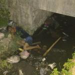 Pria yang ditemukan di selokan Jl. Adi Soemarmo, Tohudan, Colomadu, Karanganyar, dievakuasi tim kesehatan Colomadu, pekan lalu. (Istimewa)